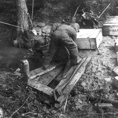 Wydobycie skrzyń odnalezionych w Stechovicach