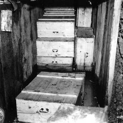 Skrzynie odnalezione w bunkrze