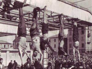 Ciała Mussolini, Petacci wystawione na widok publiczny w Mediolanie